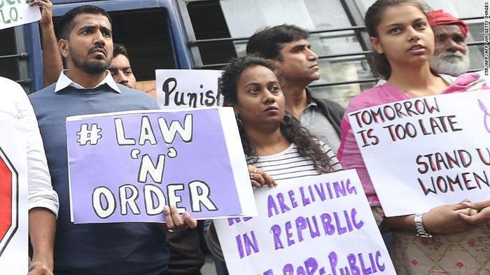 Người dân New Delhi tập trung biểu tình để đòi công bằng cho nạn nhân.
