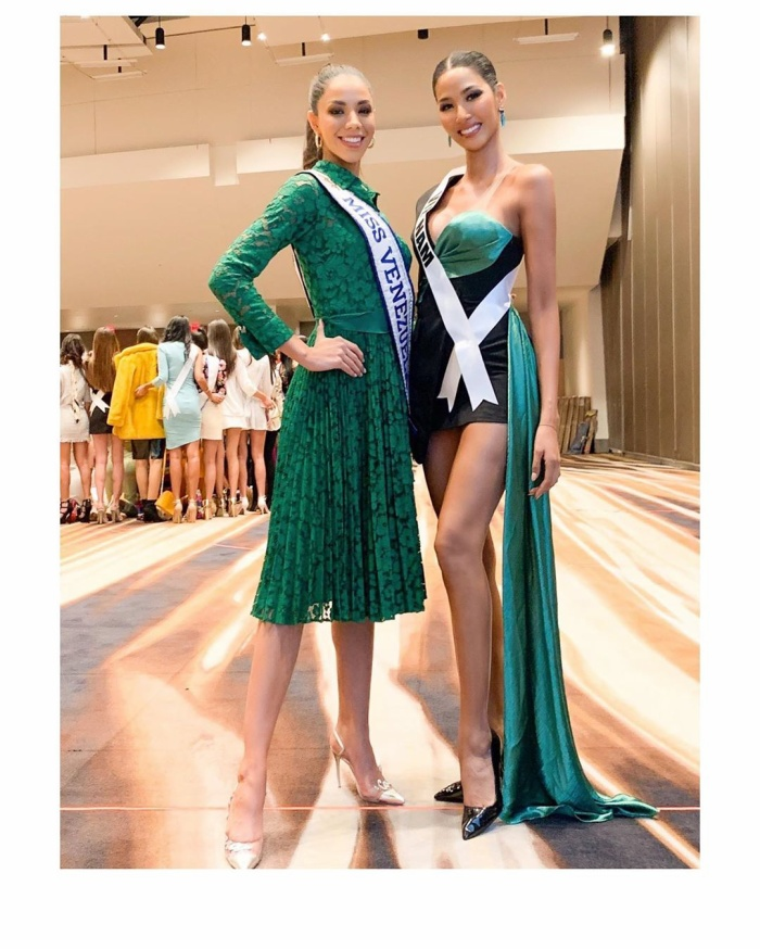 Giữa lúc các thí sinh cùng nhau tụ họp, Hoàng Thùy và Hoa hậu Venezuela kéo ra một góc riêng để mặc sức chặt chém.