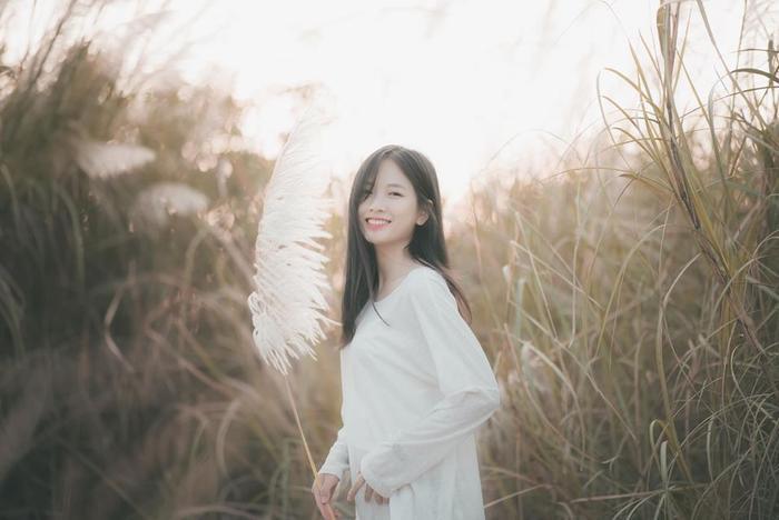 Bộ ảnh chụp giữa rừng cỏ lau mà Trần Thị Hoài Linh mới đăng tải trên trang cá nhân nhanh chóng thu hút sự chú ý của cộng đồng mạng.