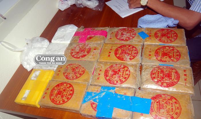 Lực lượng chức năng thu giữ được hàng chục bánh heroin. Ảnh: báo Công an TP.Đà Nẵng