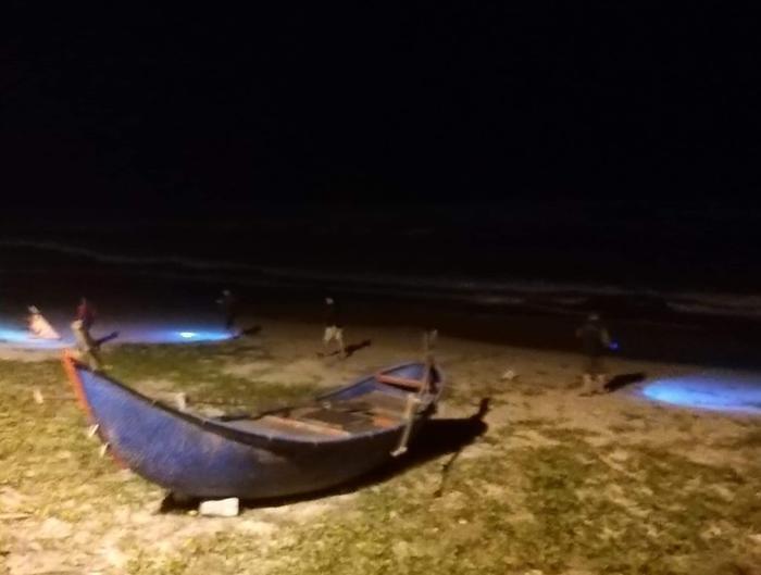 Lực lượng chức năng vẫn đang tìm kiếm dọc bờ biển Tam Thanh. Ảnh: báo Pháp Luật TP.HCM