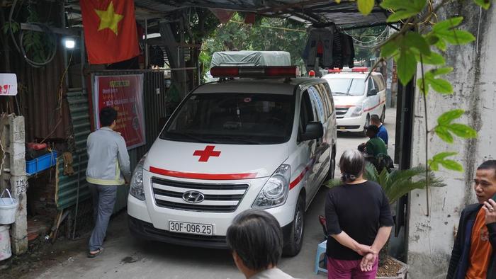 Xe cứu thương vào hiện trường.