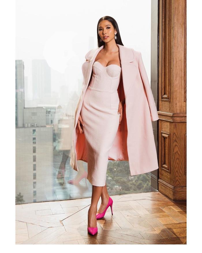 Mẫu váy ngọt ngào, khoe khuôn ngực căng đầy được cộng thêm điểm nổi bật nhờ mẫu áo khoác dáng dài.