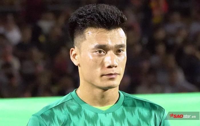 Thủ môn Bùi Tiến Dũng mắc sai lầm khiến U22 Việt Nam bị thủng lưới trước U22 Indonesia.