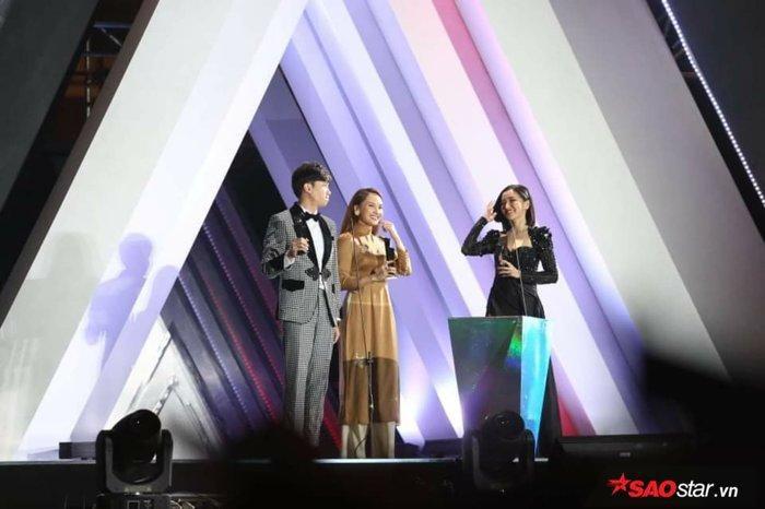 Bích Phương nhận giải nghệ sĩ Việt Nam xuất sắc nhất tại AAA 2019.