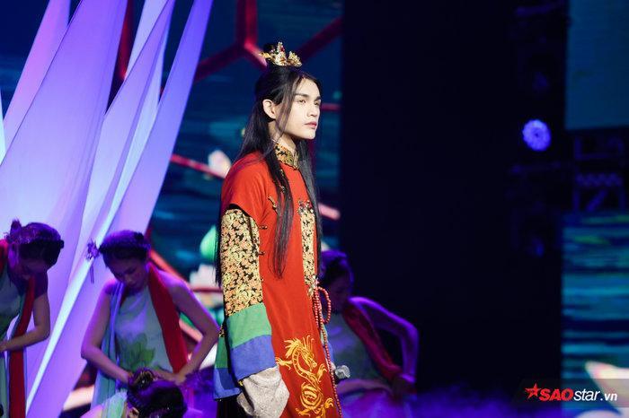 Nguyễn Trần Trung Quân với tạo hình như trong MV.