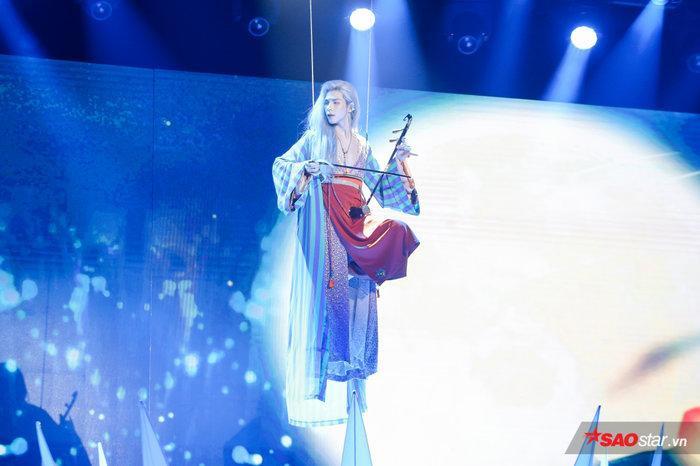 Denis Đặng hạ cánh cực lãng mạn trên sân khấu.