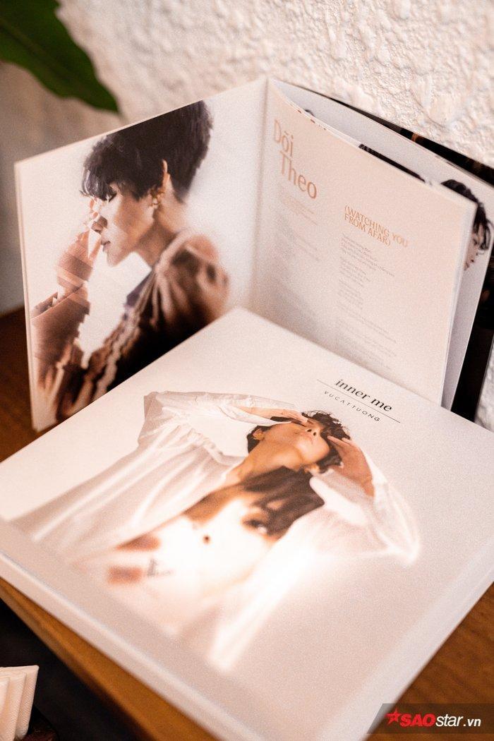 Bìa và sách ảnh trong album.
