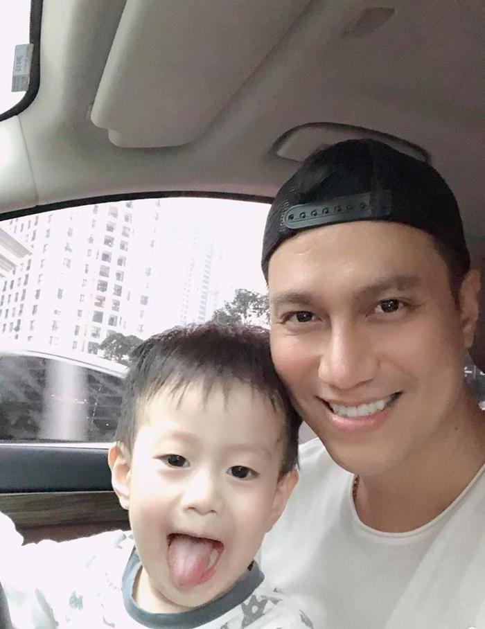 Thời gian qua Việt Anh thường xuyên chia sẻ hình ảnh ở bên con trai.