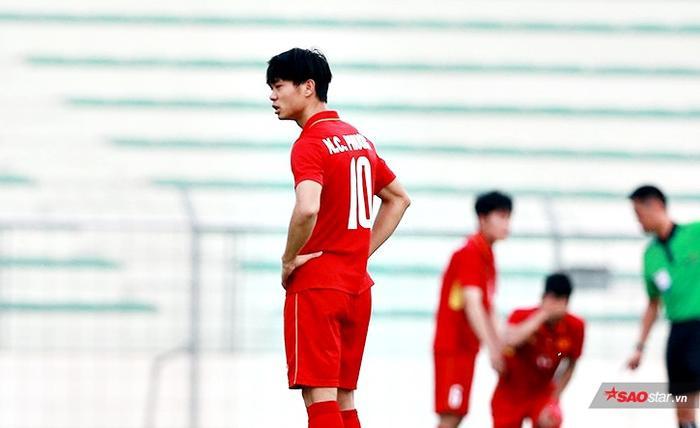 Hình ảnh Công Phượng và các cầu thủ U22 Việt Nam gục ngã ở SEA Games năm 2017, nhưng một số CĐV Việt Nam lại buông lời chỉ trích.