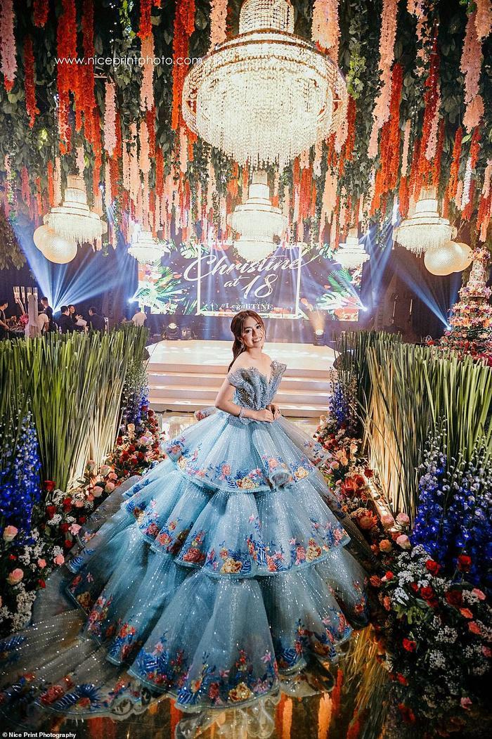 Christine Lim như một nàng công chúa trong bộ váy xanh.