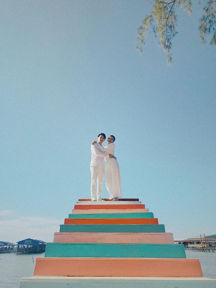 Hậu lễ cưới thế kỷ, 'vợ chồng son' Đông Nhi - Ông Cao Thắng lúc nào cũng dính nhau như sam khiến các fan chỉ biết ghen tỵ và ngưỡng mộ.