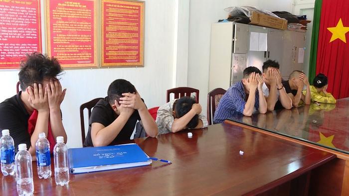 Nhóm dân chơi tại cơ quan công an. Ảnh: Dân Việt