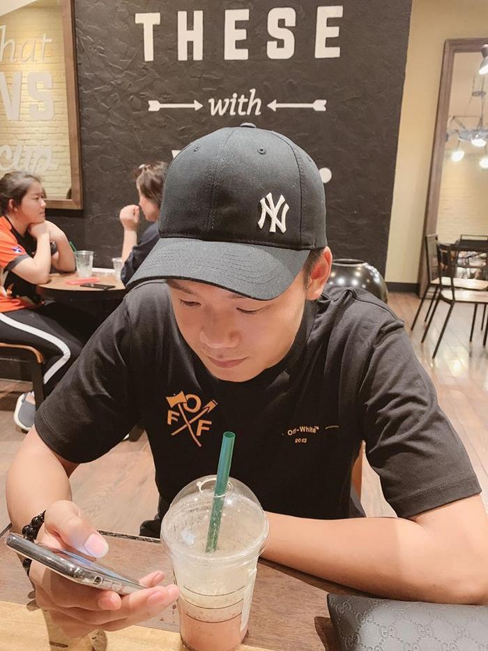 Dựa vào đặc điểm thiết kế của nút tăng/giảm âm lượng và nút tắt âm, có thể đoán Nguyễn Thành Chung, người hùng giúp U22 Việt Nam gỡ hoà trong trận đối đầu với U22 Indonesia, đang sử dụng một chiếc iPhone màu đen. (Ảnh: Facebook Nguyễn Thành Chung)