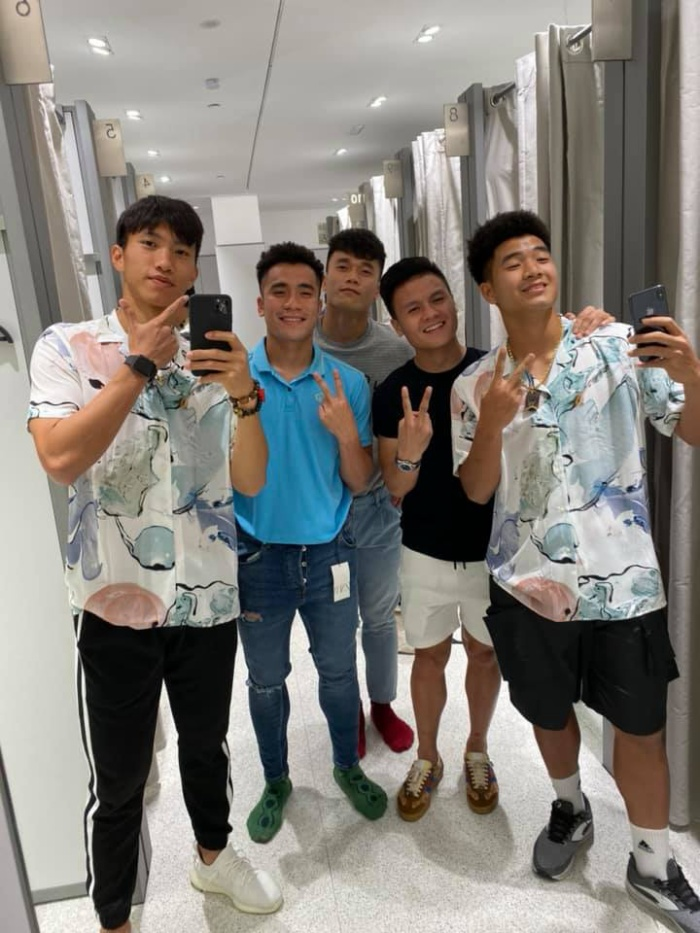 """Dưới bài đăng của Hà Đức Chinh, nhiều cầu thủ của U22 Việt Nam cũng khoe ảnh """"tự sướng"""" mình chụp bên cạnh đồng đội. Dựa vào bức ảnh này, có thể thấy Đoàn Văn Hậu cũng đang sử dụng một chiếc iPhone 11 Pro Max màu xanh bóng đêm. (Ảnh: Facebook Bùi Tiến Dụng)"""