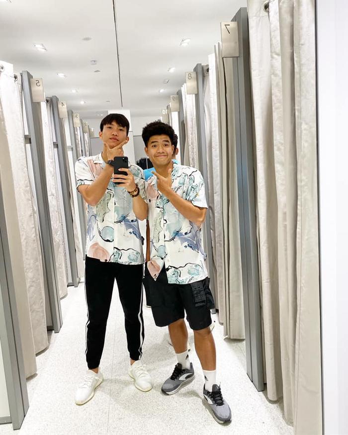 """Một bức ảnh """"sống ảo"""" khác của Đoàn Văn Hậu và Hà Đức Chinh, trong đó Văn Hậu đang sử dụng chiếc iPhone 11 Pro Max. (Ảnh: Facebook Đoàn Văn Hậu)"""
