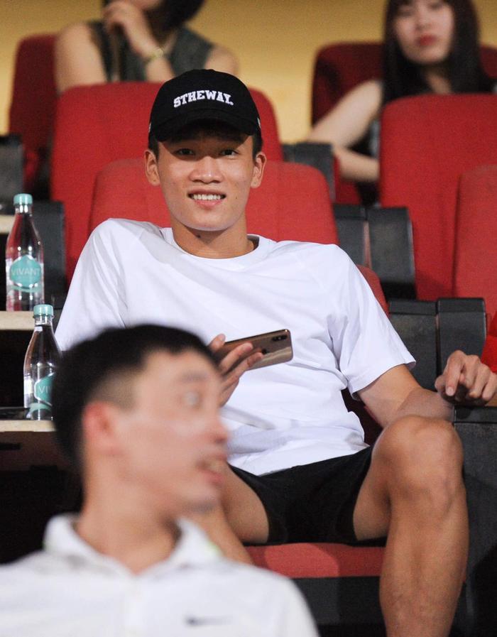 Nguyễn Hoàng Đức, người đã mang về chiến thắng cho U22 Việt Nam trước U22 Indonesia đang sử dụng một chiếc iPhone Xs Max màu vàng hồng. (Ảnh: Facebook Hoàng Đức)