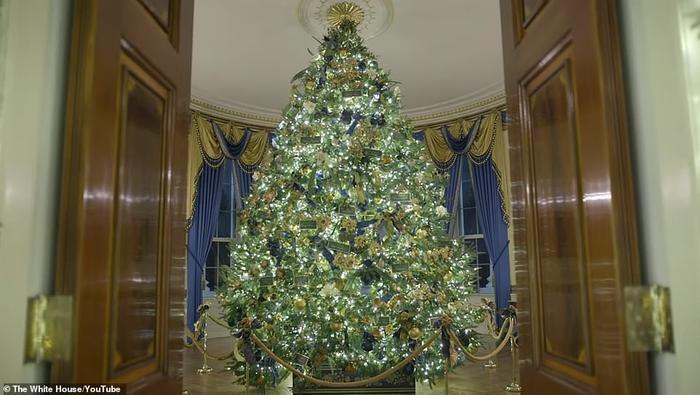 Nhà Trắng đẹp lung linh dưới bàn tay bà Melania Trump mùa Giáng sinh - Ảnh 2.