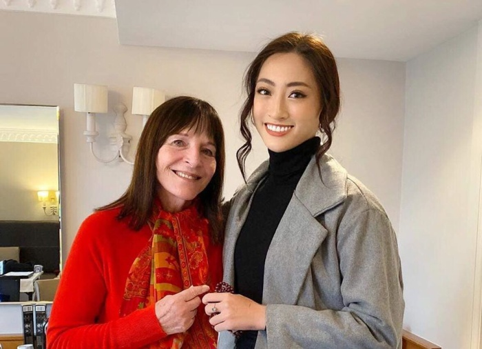 Thùy Linh trong cùng khung hình với bà Julia Morley - chủ tịch cuộc thi Miss World.