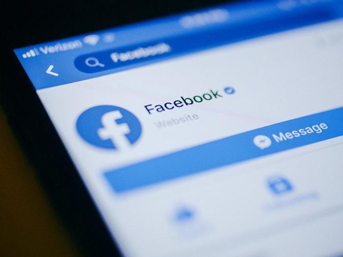 Tính năng chuyển ảnh của Facebook có thể giúp người dùng sao lưu dữ liệu của mình trên nhiều nền tảng, trước mắt là Google Photos. (Ảnh: Bloomberg)