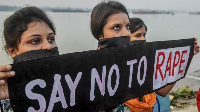 Một nhóm người dân địa phương đã bắt trói và lột trần Vaidya rồi bắt hắn ta đi bộ đến đồn cảnh sát trong tình trạng khỏa thân.
