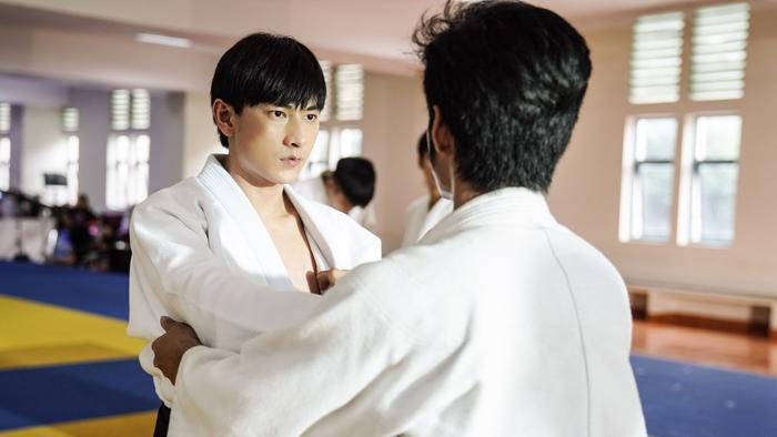 Isaac cũng gây không ít bất ngờ khi sắm tròn vai vận động viên Judo bị khiếm thị.