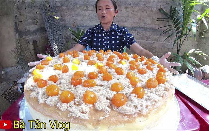 """Chiếc bánh bông lan trứng muối """"siêu to khổng lồ"""" bị nghi dàn dựng của Bà Tân Vlog."""