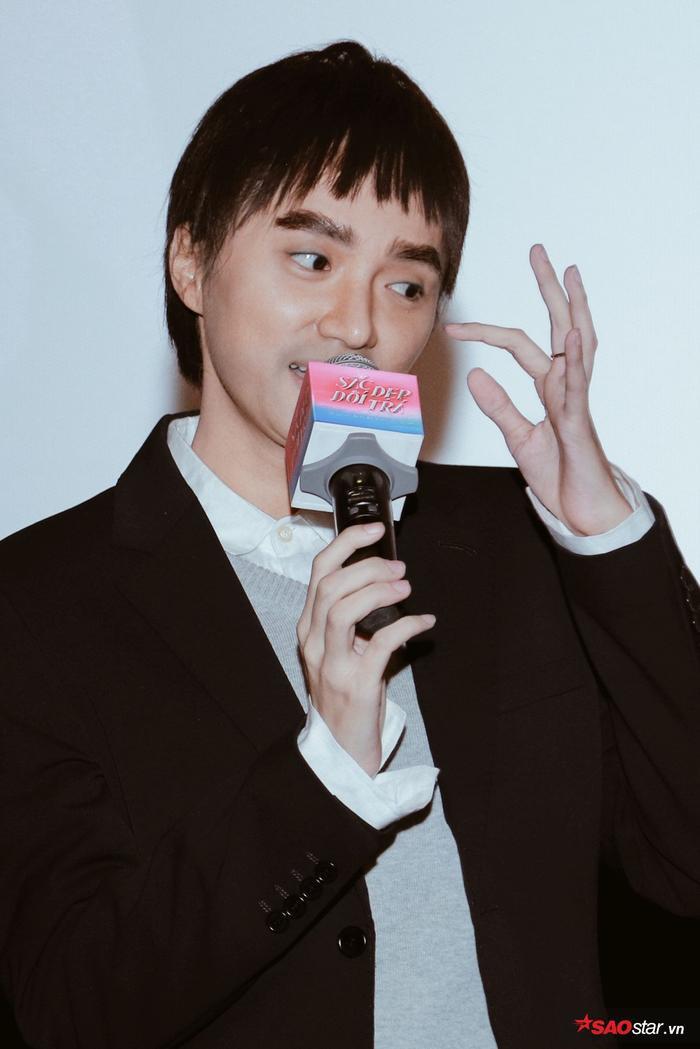 Hương Giang trở lại hình hài con trai, hôn Tuấn Trần giữa họp báo phim đầu tay ảnh 2