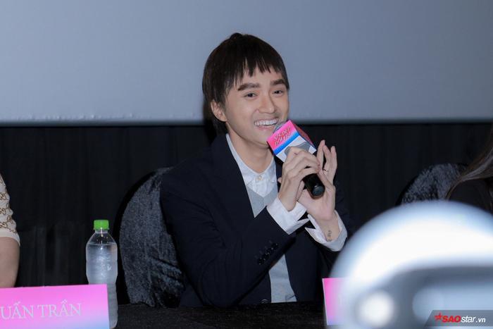Hương Giang trở lại hình hài con trai, hôn Tuấn Trần giữa họp báo phim đầu tay ảnh 1