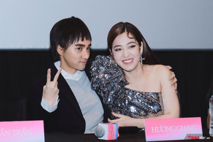Hương Giang trở lại hình hài con trai, hôn Tuấn Trần giữa họp báo phim đầu tay ảnh 5
