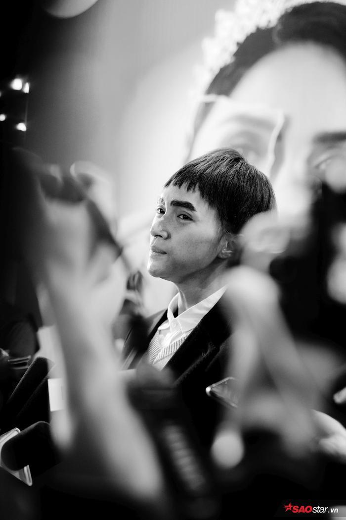 Hương Giang trở lại hình hài con trai, hôn Tuấn Trần giữa họp báo phim đầu tay ảnh 3