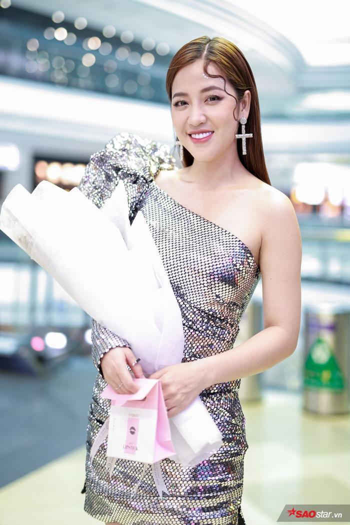 Hương Giang trở lại hình hài con trai, hôn Tuấn Trần giữa họp báo phim đầu tay ảnh 4
