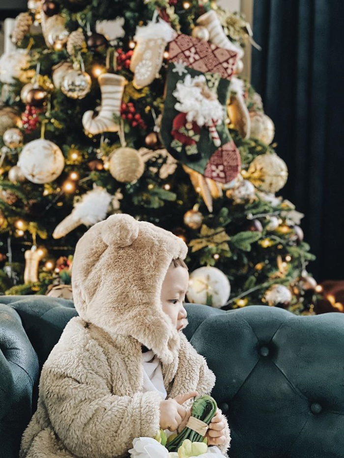 Giáng sinh cận kề, Á hậu Tú Anh bất ngờ khoe ảnh cận mặt con trai bên cạnh cây thông Noel cực đáng yêu
