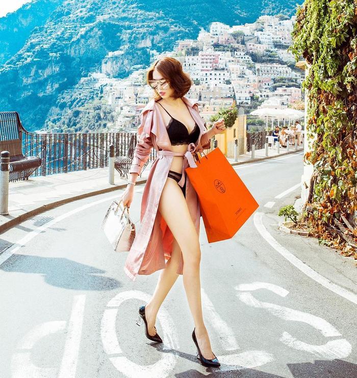 Biến nội y, bikini trở thành thương hiệu, nhưng mỗi lần đều theo một cách khác nhau, không hề nhàm chán, Ngọc Trinh quả thật vô cùng thú vị.