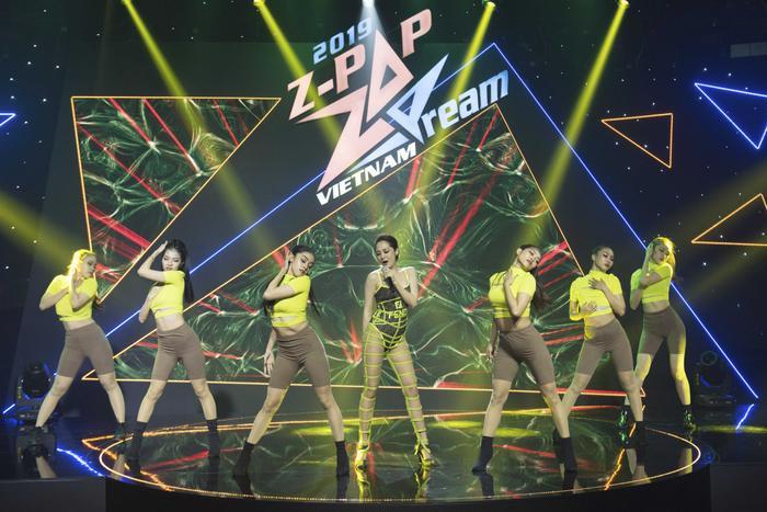 Ca sĩ Bảo Anh diện trang phục với thiết kế lạ mắt khuấy động không khí Z-POP Dream mùa 2 với bài hit Ai cần ai?.