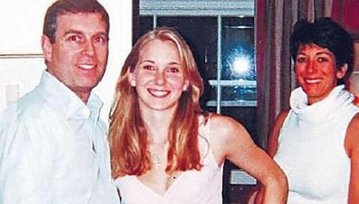 Bức ảnh chụp Virginia Giuffre (giữa) với Hoàng tử Andrew và Ghislaine Maxwell. Ảnh: BBC Panaroma
