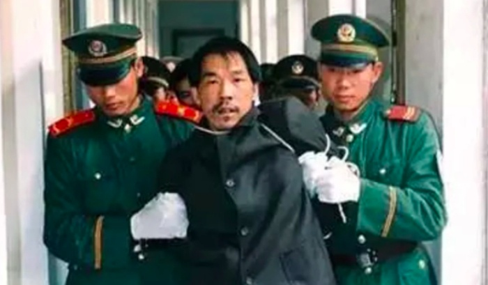 Fa Ziying bị cảnh sát bắt giữ năm 1999.