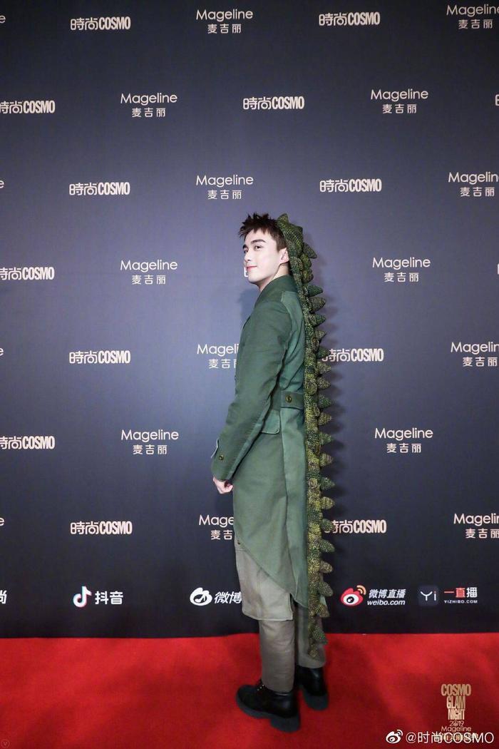 Lưu Thi Thi đẹp nền nã, Địch Lệ Nhiệt Ba khoe vòng một khủng trên thảm đỏ Cosmo Glam Night 2019 ảnh 12