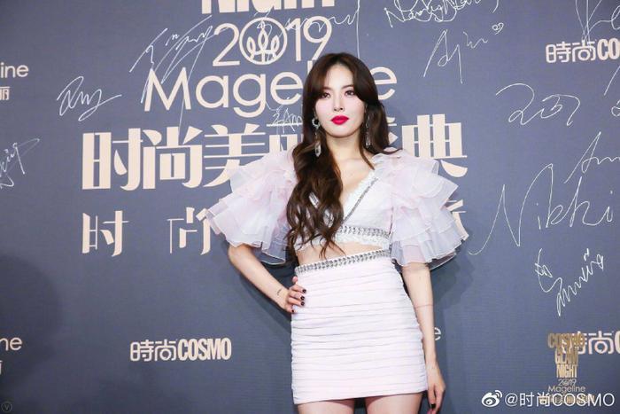 Thảm đỏ Cosmo 2019: Yoona đọ sắc Cổ Lực Na Trát, Tiêu Chiến  Thái Từ Khôn cực điển trai ảnh 14