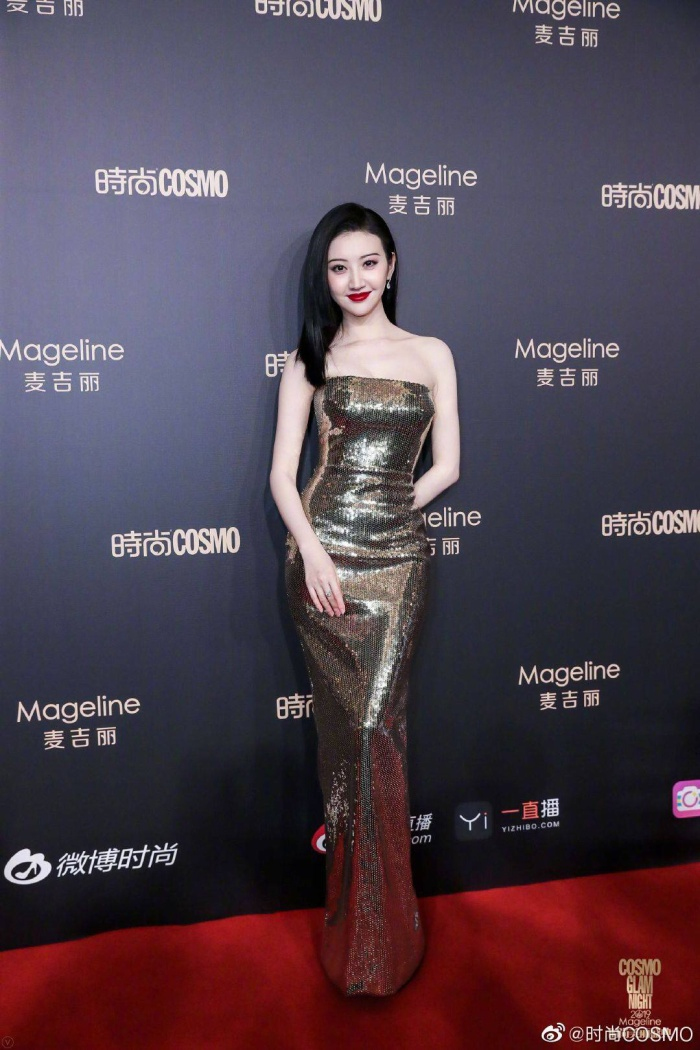 Lưu Thi Thi đẹp nền nã, Địch Lệ Nhiệt Ba khoe vòng một khủng trên thảm đỏ Cosmo Glam Night 2019 ảnh 7