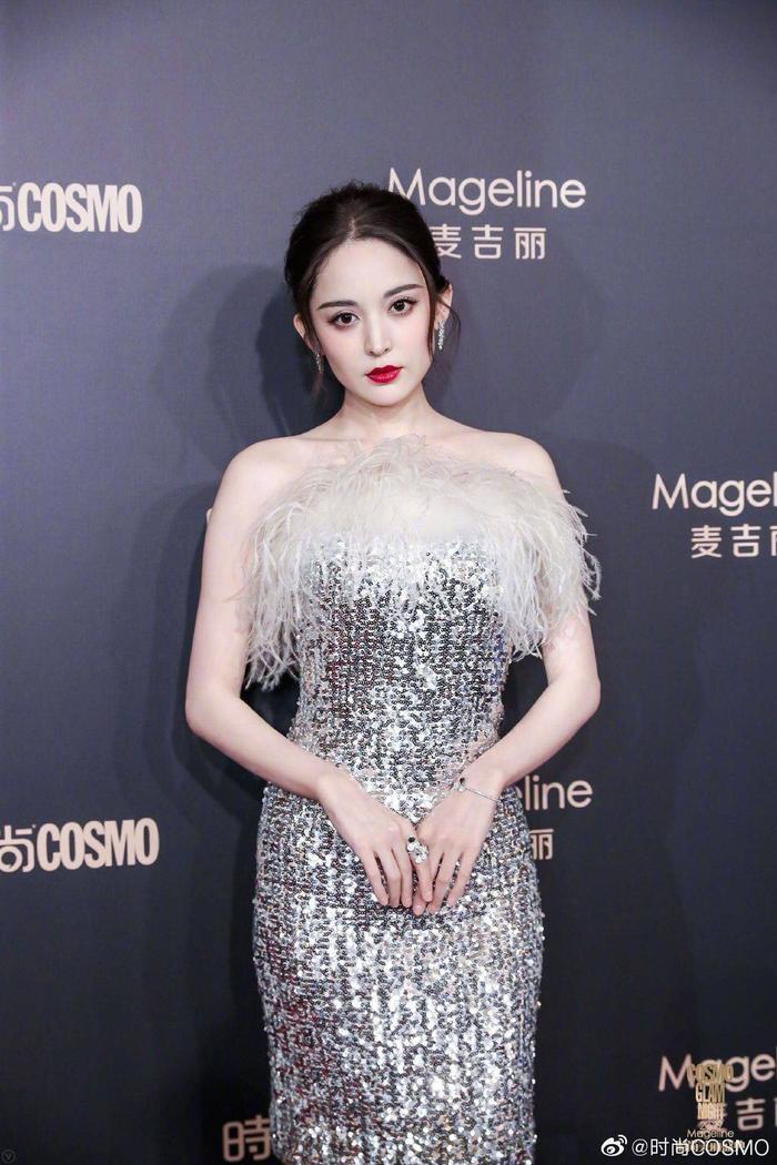 Thảm đỏ Cosmo 2019: Yoona đọ sắc Cổ Lực Na Trát, Tiêu Chiến  Thái Từ Khôn cực điển trai ảnh 11