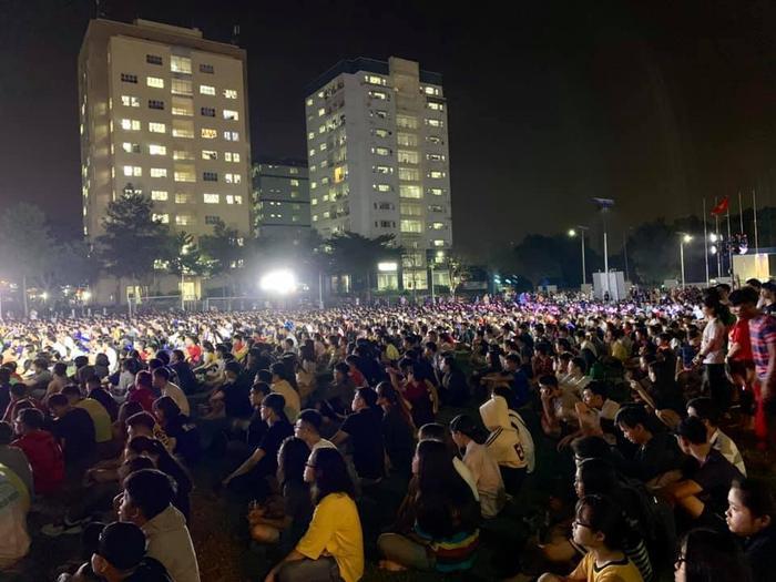 Hàng ngàn sinh viên hướng mắt theo dõi trận đấu.