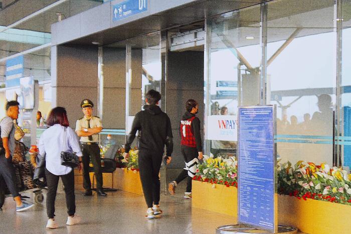 Hàng trăm fan mai phục sân bay từ tờ mờ sáng, quyến luyến tiễn K-ICM và Jack lên đường sang Pháp ảnh 5