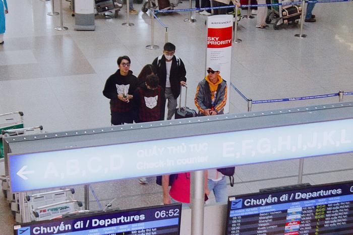 Hàng trăm fan mai phục sân bay từ tờ mờ sáng, quyến luyến tiễn K-ICM và Jack lên đường sang Pháp ảnh 4