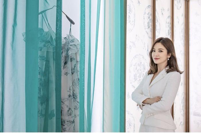 Song Hye Kyo đẹp nền nã, được ngợi khen là nàng thơ toàn cầu ảnh 1