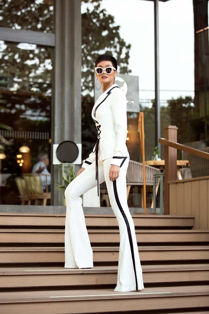 Bộ áo vest này được nhận xét đẹp nhất trong dàn suit mà H'Hen Niê từng mặc. Ngoài ra H'Hen Niê còn diện 2 kiểu suit khác trong hành trình 17 ngày tại Thái Lan.