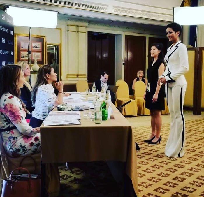 H'Hen Niê diện bộ suit trắng trong vòng phỏng vấn kín ở Miss Universe. Diện mạo của cô được các thành viên ban giám khảo khen ngợi.