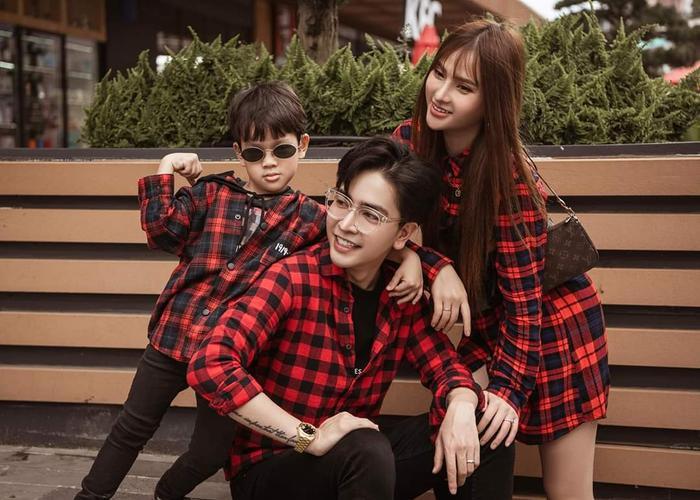 Cùng họa tiết caro đỏ nhưng mỗi người lại có cách mix khác nhau. Vẫn đẹp và hòa cùng tổng thể, nhìn vào có thể thấy ngay hình ảnh gia đình hạnh phúc.