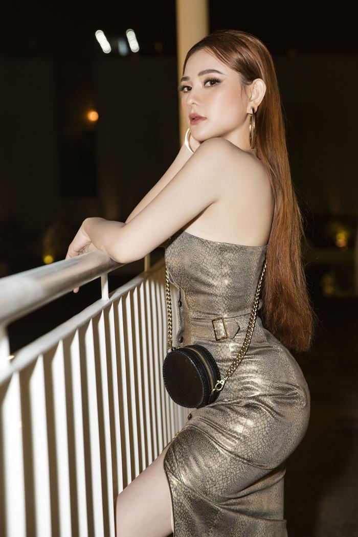 Thu Thủy diện váy ôm sát khoe đường cong nuột nà, tông xuyệt tông bên ông xã Kin Nguyễn ảnh 2