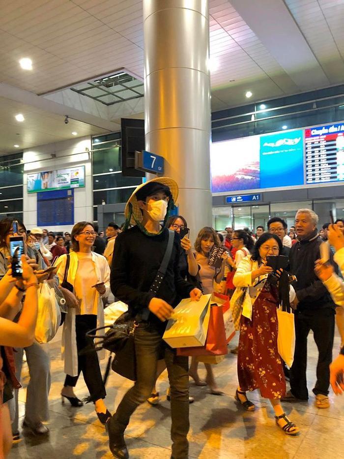 Park Jung Min diện trên người bộ trang phục giản dị. Đội nón lá truyền thống và vui vẻ nhận quà từ người hâm mộ. (Nguồn ảnh:Mockingbird Pictures).